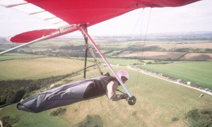 Hang glider in-flight photo by Everard Cunion