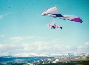 Everard flying a Skyhook Sunspot at Merthyr Common, Wales. Copyright © 1979 Gary Phillips.