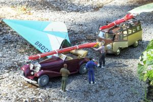 1/24th scale figures loading a hang glider onto a pre-World War 2 Mercedes-Benz